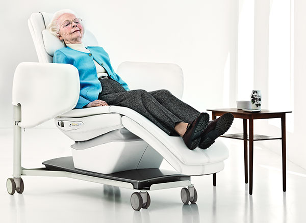 arjo-product-wellness-nordic-track-chair-woman-sitting
